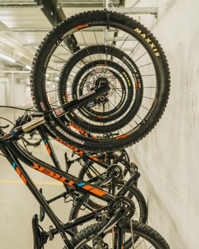 Mountainbikes im Fahrradparkplatz im Sport Hotel Peaks Place in Laax