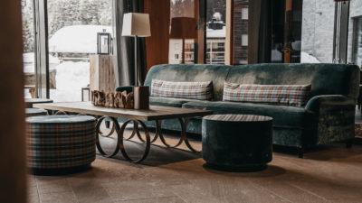 Sofacouch im Eingangsbereich des Apartment Hotel Peaks Place in Laax