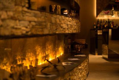 Kamin in der Bar im Hotel Peaks Place in Laax