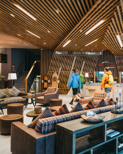 Rezeption und Eingangsbereich Peaks Place, Hotel Laax Flims in der Schweiz