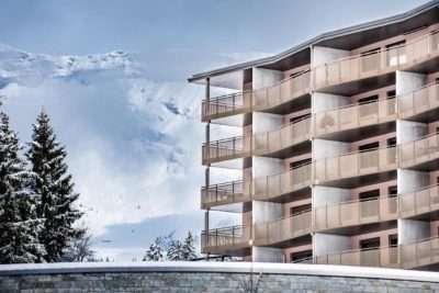 Aussenansicht die Wohnungen mit Balkon zum Kauf im Peaks Place in Laax, Berge im Hintergrund
