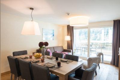 Wohnzimmer mit Esstisch im Apartment im Peaks Place, Ferienwohnung in Laax mieten