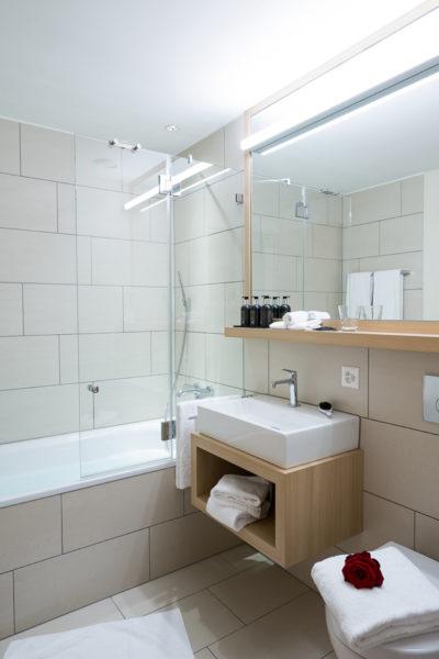 Badezimmer mit Wanne in der Ferienwohnung in Laax im Aparthotel Peaks Place