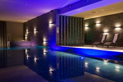 Schwimmbad im im Wellnessbereich La Senda im Hotel Peaks Place in Laax Flims