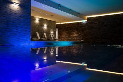 Schwimmbad im Wellnessbereich La Senda im Hotel Peaks Place in Laax Flims