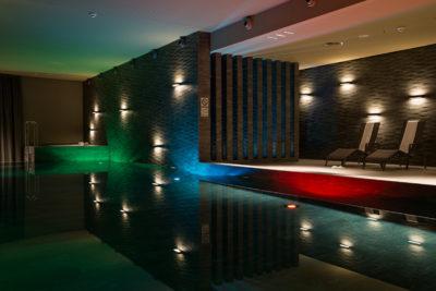 Schwimmbecken im Wellnessbereich La Senda im Hotel Peaks Place in Laax Flims