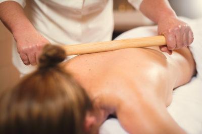 Frau bei Sport Massage im Hotel Peaks Place in Laax La Senda Wellness Massagen und Behandlungen