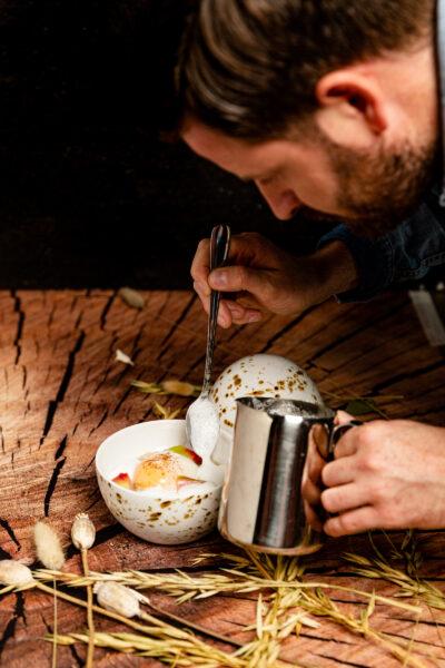 Köche im Restaurant s'nani in Laax interpretieren traditionelle Speisen neu