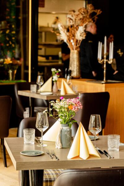 Tische im Restaurant s'nani in Laax im Hotel Peaks Place