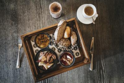 Frühstück mit Kaffee und Brunch im Restaurant snani in Laax