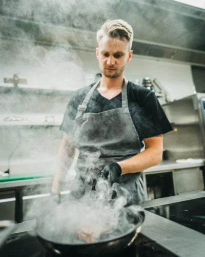 Koch kocht regionale Speisen in der Küche im Restaurant s'nani in LAAX