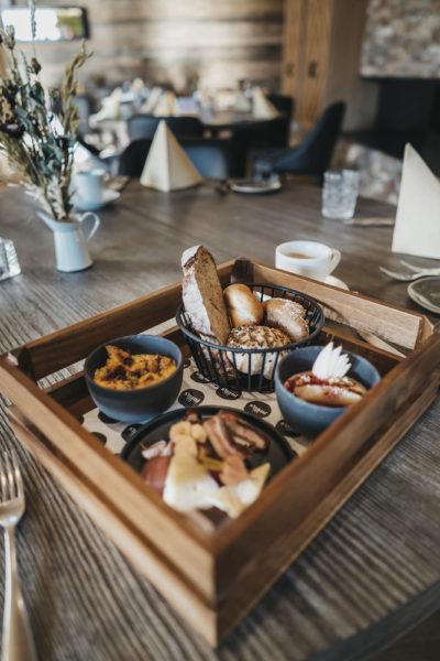Brotzeit im Restaurant snani in Laax im Peaks Place