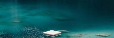 badeinsel auf bergsee in den alpen flims falera region laax