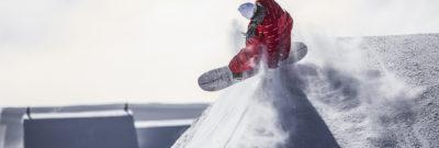 snowboarder im skigebiet in den alpen bei laax
